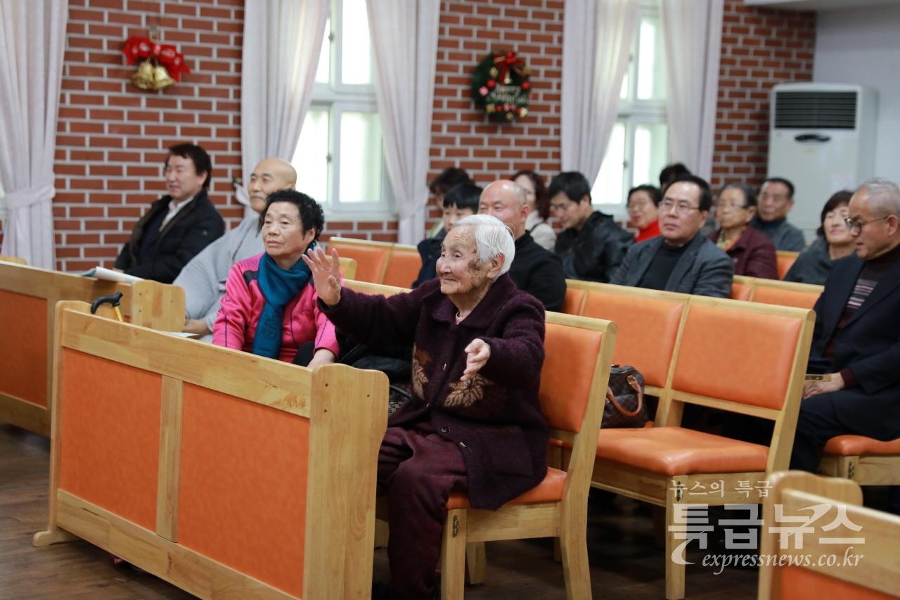 어르신이 전통 춤 공연을 보며 어깨를 들썩이고 있다.
