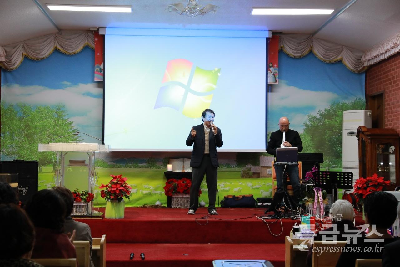 피카소 밴드 리더인 양병모 씨가 김광섭 특급뉴스 대표의 연주에 맞춰 노래를 열창하고 있다.