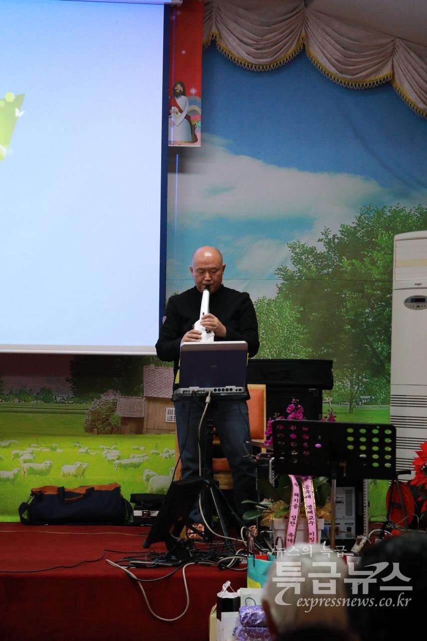 김광섭 특급뉴스 대표가 전자색소폰을 연주하고 있다.