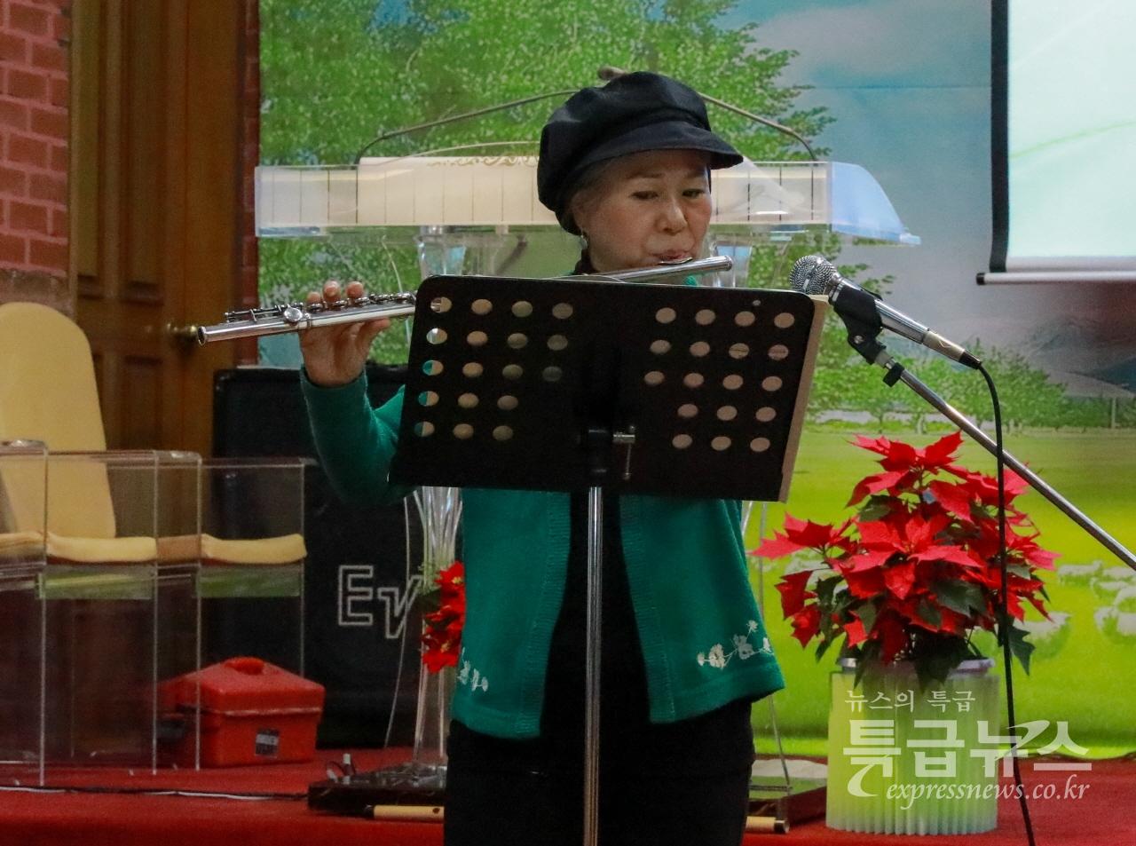 김난애 교수가 플룻연주를 하고 있다.